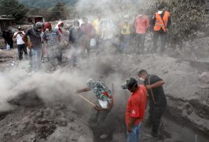 Γουατεμάλα: 109 οι νεκροί – Φοβούνται νέες εκρήξεις από το ηφαίστειο και χειμάρρους λάσπης [pics, vids]