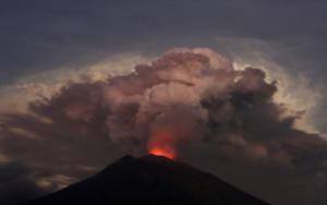 Μπαλί: Σκεπάζει τα πάντα η τέφρα από το ηφαίστειο Αγκούνγκ