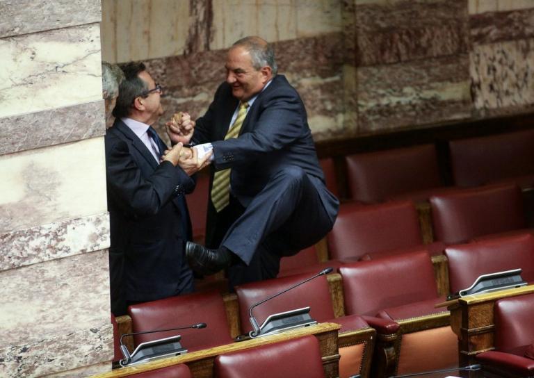 Ακροβατικά Καραμανλή για να φτάσει στα πίσω έδρανα [pics] | Newsit.gr