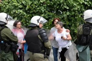 Κέρκυρα: Δύο προσαγωγές και ένας τραυματισμός από τις συμπλοκές κατοίκων και ΜΑΤ έξω από τον ΧΥΤΑ Λευκίμμης