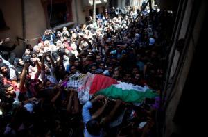 Παλαιστίνη: Χιλιάδες άνθρωποι στην κηδεία της 21χρονης διασώστριας που σκοτώθηκε από ισραηλινά πυρά