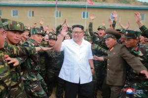 Κιμ Γιονγκ Ουν: Νέα εμφάνιση! Χαμογελαστός με λευκό πουκάμισο και το χέρι στην τσέπη!