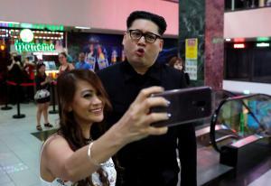 Ξαφνική εμφάνιση του «Κιμ Γιονγκ Ουν» σε εμπορικό και… χαμός! [pics]
