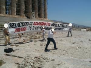 Ρουβίκωνας: Πανό στα αγγλικά μπροστά από τον Παρθενώνα για τον Δημήτρη Κουφοντίνα