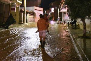 «Χάος» και πάλι στην Μάνδρα – «Ποτάμια» οι δρόμοι, πλημμυρίζουν κτίρια από την ισχυρή βροχόπτωση