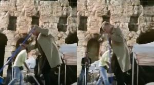 Στινγκ: Απλός και ακομπλεξάριστος! Βγήκε με σκούπα στο Ηρώδειο και καθάρισε τη σκηνή από τα νερά