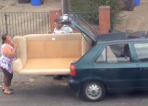 Προσπαθούν… μάταια να χωρέσουν έναν καναπέ στο μικροσκοπικό αυτοκίνητο τους!