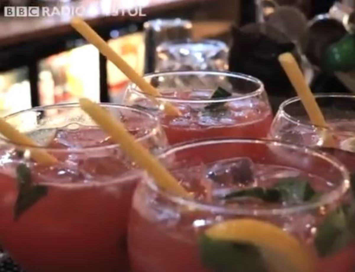 Ιδιοκτήτης μπαρ αντικατέστησε το καλαμάκι με μακαρόνια | Newsit.gr