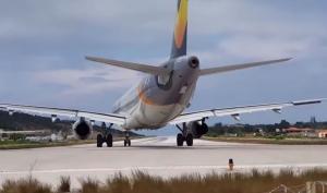 Σκιάθος: Τουρίστας ήθελε να δει από κοντά την απογείωση αεροσκάφος και το… πλήρωσε [vid]