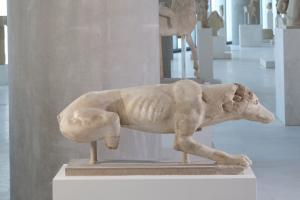 Μαρμάρινο γλυπτό κυνηγετικού σκυλιού βρέθηκε νοτίως του Παρθενώνα! [pic]