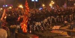 Πεδίο μάχης τα Σκόπια – Χημικά, πέτρες και συλλήψεις μπροστά από τη Βουλή [pics, vids]