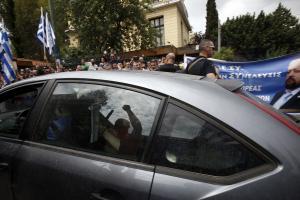 Αρτέμης Σώρρας: Στα δικαστήρια μέσα σε αμάξι και με οπαδούς του από έξω να τον αποθεώνουν