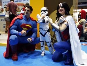 Ο Superman σβήνει τα 80 κεράκια της τούρτας του αλλά δεν παίρνει… σύνταξη
