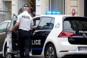 «Πυροβολήστε με»! Συναγερμός στην Γαλλία – Άνδρας με μαχαίρι επιτέθηκε σε περαστικούς