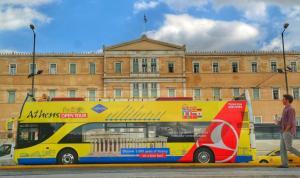 Τα τουριστικά και σχολικά λεωφορεία της Αθήνας «ζουν» πάνω από 27 χρόνια