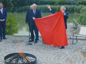 Τσεχία: Ο πρόεδρος Ζέμαν κάλεσε έκτακτη συνέντευξη τύπου για να… κάψει ένα γιγαντιαίο εσώρουχο [vid]