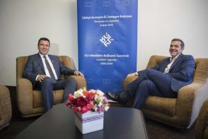 Σκοπιανές πηγές: Ελάχιστες λεπτομέρειες για να κλείσει η συμφωνία – Στις Πρέσπες συνεργάτες του Ζάεφ!