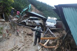 Φονικές πλημμύρες σαρώνουν το Βιετνάμ! 15 νεκροί