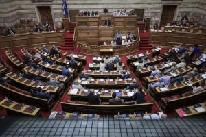 Βουλή: Ολομέτωπη επίθεση στην κυβέρνηση για το πολυνομοσχέδιο