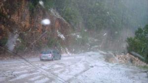 Καλοκαιρινό… χαλάζι και σφοδρή καταιγίδα στα Τζουμέρκα! Ακινητοποιήθηκαν οι οδηγοί [pics]