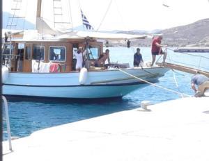 Μήλος: Αυτό είναι το σκάφος που κάνουν διακοπές ο Γιάνης Βαρουφάκης και η Δανάη Στράτου [pics]