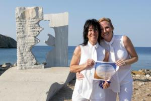 Στην Ερεσό έγινε ο πρώτος επίσημος γάμος μεταξύ δύο γυναικών στη Λέσβο [pics]