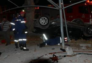 Κρήτη: Η στιγμή που πυροσβέστες απεγκλωβίζουν την οδηγό – Το αυτοκίνητο τούμπαρε σε αυλή καταστήματος – video