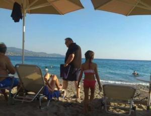 Καλαμάτα: Χαλάρωση σε παραλία για τον Ευάγγελο Βενιζέλο – Επίθεση στον Τσίπρα μετά το μπάνιο!