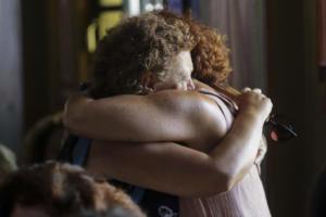 Δάκρυα και ατέλειωτος πόνος στην επιμνημόσυνη δέηση για τα θύματα της φονικής πυρκαγιάς [pics]