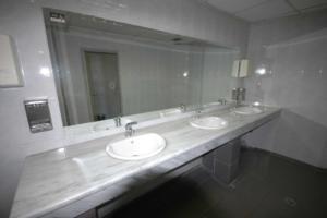 Σοκαριστική καταγγελία στη Θεσσαλονίκη! Τρεις ασέλγησαν σε 22χρονη μέσα στις τουαλέτες!