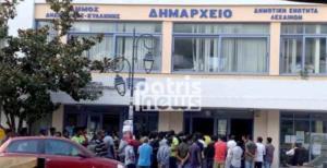 Ηλεία: Διαμαρτυρία μεταναστών στο δημαρχείο Κυλλήνης – Σε απόγνωση μετά τη μεγάλη φωτιά!