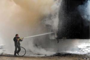 Μεγάλη φωτιά σε φορτηγό – Εκρήξεις στην Εθνική Κορίνθου – Πατρών [vid]