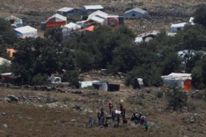 """Σύροι άμαχοι περπάτησαν μέχρι το φράχτη του Ισραήλ κουνώντας λευκά ρούχα! """"Γυρίστε πίσω"""" φώναζε ο στρατός – video"""