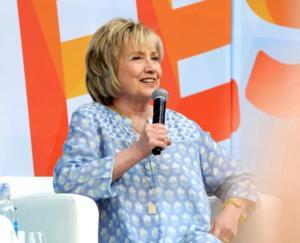 Με φόρεμα που μοιάζει με ρόμπα νοσοκομείου ή νυχτικό εμφανίστηκε η Χίλαρι Κλίντον – video