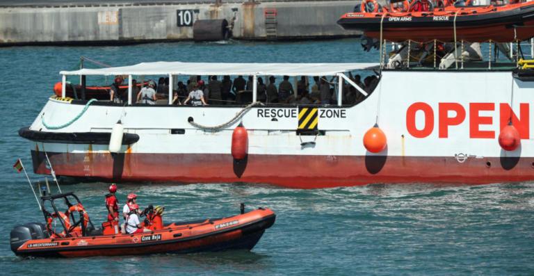 Ιταλία: Δύο πλοία με 442 μετανάστες και πρόσφυγες αναμένουν πολιτική λύση! | Newsit.gr