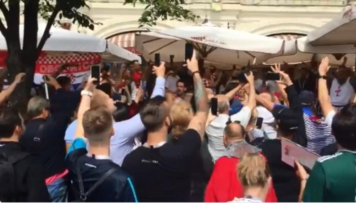 Μουντιάλ 2018: Κροάτες και Άγγλοι οπαδοί «συναντήθηκαν» πριν τον ημιτελικό – videos