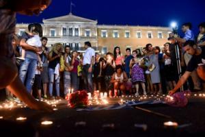 Φωτιές Αττική: Συγκλονίζουν οι εικόνες από τη συγκέντρωση μνήμης για τα θύματα στο Σύνταγμα [pics]