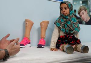 Συγκλονιστική ιστορία ενός 8χρονου ανάπηρου κοριτσιού από τη Συρία – Περπατούσε με κονσερβοκούτια – video – [pics]
