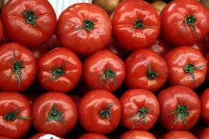 Μούχλα και σαπίλα! Κατασχέθηκαν 2,3 τόνοι ακατάλληλες ντομάτες στον Πειραιά