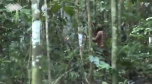 Σπάνια πλάνα! Αυτός είναι ο τελευταίος επιζών φυλής του Αμαζονίου – Τους σκότωσαν αγρότες