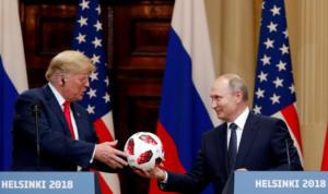 Απίστευτο!  Η μπάλα που δώρισε ο Πούτιν στον Τραμπ είχε πομπό τσιπάκι