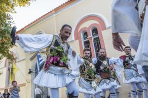 Αμοργός: Ντύθηκε… τσολιάς ο Νίκος Αλιάγας και χόρεψε τσάμικο! [pic]
