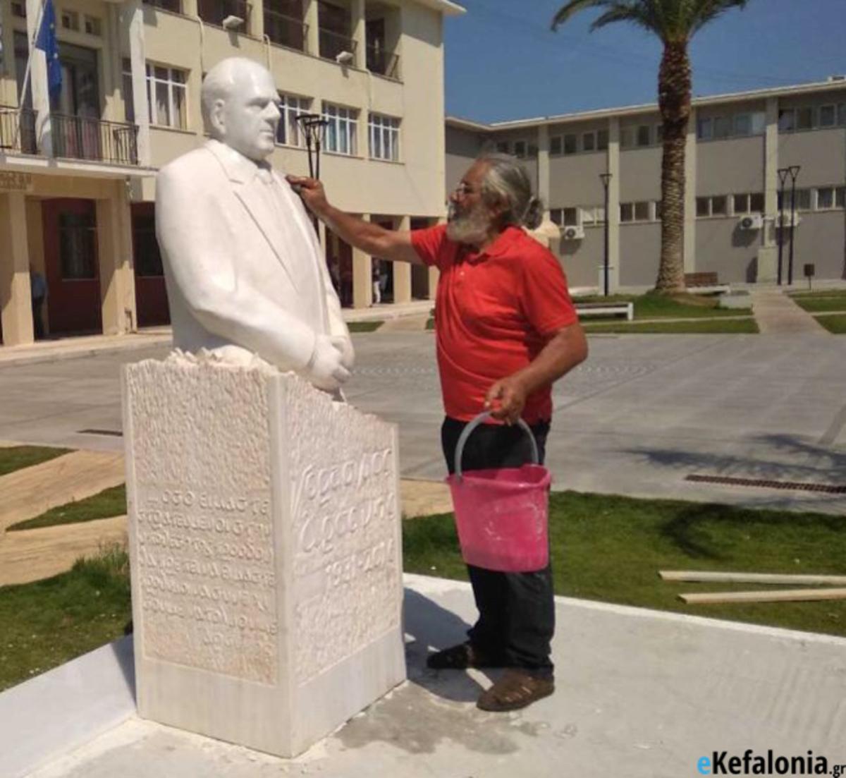 Κεφαλονιά: Αυτός είναι ο αδριάντας του Γεράσιμου Αρσένη – Οι πρώτες εικόνες πριν τα αποκαλυπτήρια [pics] | Newsit.gr