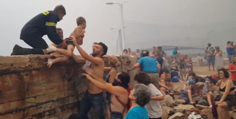 Δραματικό βίντεο! Η στιγμή που σώζουν μωρά στο φλεγόμενο Μάτι | Newsit.gr