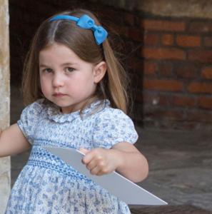 """Πριγκίπισσα Σάρλοτ: Έκλεψε την παράσταση με την… """"πόρτα"""" στους δημοσιογράφους – Video"""