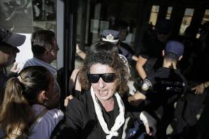 Μητέρα Δώρας Ζέμπερη: «Ατυχής στιγμή οι κατάρες στους αστυνομικούς» – video