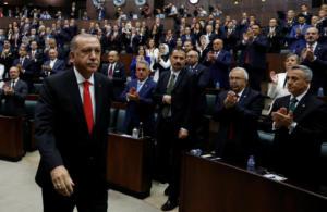 """Τουρκία: Οι επιλογές Ερντογάν """"βυθίζουν"""" κι άλλο την οικονομία"""
