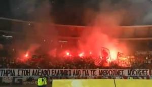 Φωτιά στην Αττική: Πανό στα ελληνικά από τους οπαδούς του Ερυθρού Αστέρα για τα θύματα – video