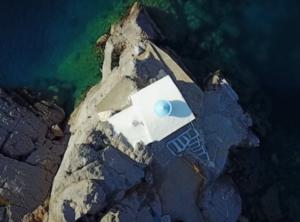 Μέθανα: Αυτό είναι το εκπληκτικό εκκλησάκι που φτιάχτηκε από κρασί και χώμα – Το άγνωστο τάμα στην Παναγία [pic, vid]