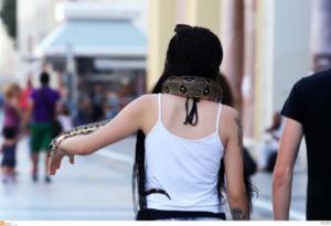 Θεσσαλονίκη: Έριξε πάνω της ένα… φίδι και βγήκε! [pics]